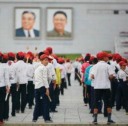 表演人员在平壤金日成广场进行排练,他们在准备10月10日举行的朝...