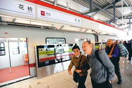 来自上海的乘客在花桥站下车.记者 -地铁迈入跨省时代 百姓实现昆山...
