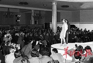 ...北京民族文化宫举行服装表演.这是中国改革开放后举办的第一场时...