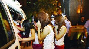 激情五月情色-涉嫌色情按摩的女技师被民警带上警车回警局作进一步调查询问.-警...