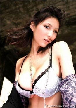 丰满身材展现完美性感内衣