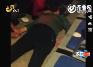 老太太在济南火车站晕厥,李艳梅进行人工呼吸急救(视频截图)-济...