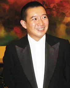 他在香港是一个传奇的人物,做过服务生,做过小混混,替