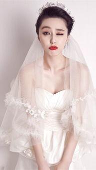 大红唇,尽显小女人的妩媚和俏皮.   抹胸款式婚纱