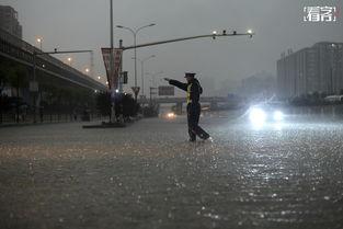 ...北京遭遇特大暴雨袭击,交警在立水桥附近疏导交通.京华时报/东方...