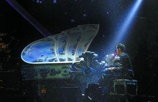 昨日,周杰伦冒雨弹钢琴演唱. 重庆晨报见习记者   摄 -昨晚冒雨开唱...