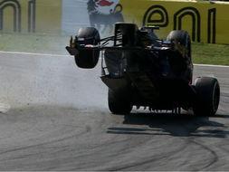 惊险 红牛赛车失控腾空 维尔格尼幸运未受伤