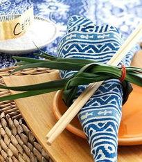 竹席编制的餐垫,干花制成的餐巾扣