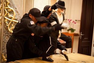 本片讲述的是流行音乐之王——迈克尔·杰克逊的重生.泰国传统木偶...