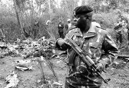 ...月10日,一名军人在直升机坠毁现场.-肯尼亚一架直升机坠毁 准总...