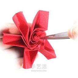 五瓣玫瑰花的折法图解 手工折纸五瓣玫瑰步骤 2