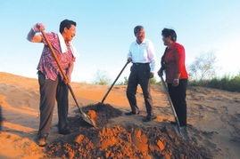 ...毛乌素沙漠采访治沙英雄、全国劳动模范殷玉珍和牛玉琴 新华社照片 ...