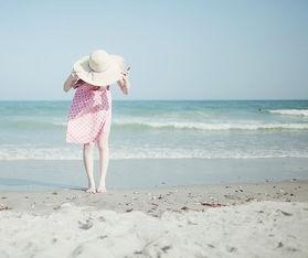 怎么在空间发长视频-好看的长发女生海边踏浪图片 碧云... <IMG>