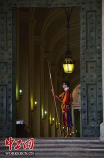 纪初教皇受到了神圣罗马帝国的进攻,为了保卫教皇,100多个瑞士卫...