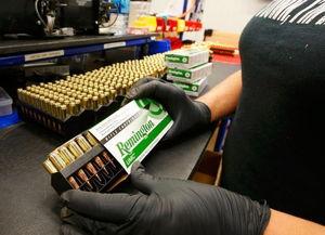 ...生产线加工的是雷明顿7.62毫米步枪弹药.-就像做糖果 美国子弹是这...