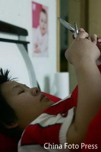 王丹每天大部分时间是躺在床上,一部手机是她和未出世的孩子与丈夫...
