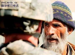 ...0公里处的巴格拉姆空军基地,一名国际安全援助部队士兵同阿富汗...