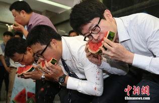 韩国美女赤脚踩冰参加吃西瓜大赛