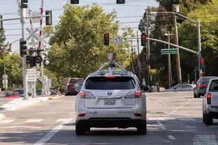 0h自动驾驶车停在谷歌加州山景城总部的红绿灯附近,而另一辆汽车撞...