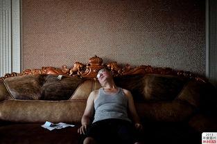 ...月27日,陕西神木惠民苑小区,躺在豪华沙发上的李成伟有些沮丧....