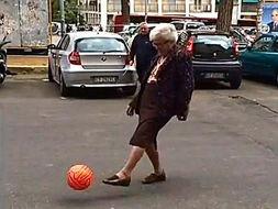 意大利一名神秘老太在罗马郊区街... 这位老太太穿着黑色长裙和毛衣,...