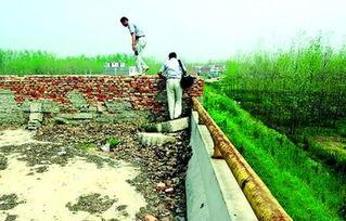 方集洪河大桥的两端被水泥墙封堵-民生工程怎成 窝心 工程
