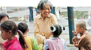 58岁奶奶当上小学生 剪女生头发被勒令退学
