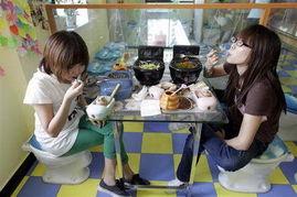 9日,北京也有厕所主题餐厅,顾... 餐厅的所有用具都是按卫生间的样...