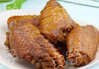 酒店大鸡吧后入-1、先将鸡翅洗净,焯水;   2、大葱切段,姜切片,花椒大料香叶放在...