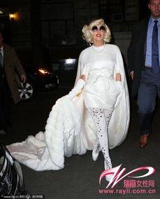 体裙,踩缀亮片丝袜+Christian Louboutin高跟鞋,白色更显高贵.   夏...