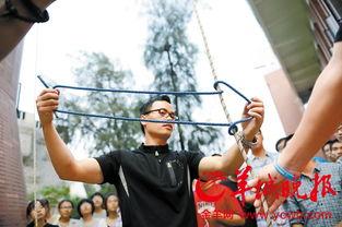 ...老师教学生们打绳结,这些打出来的绳结在爬树中起到至关重要的作...