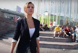 视频中的季阿娜(来源:英国媒体)-为支持普京竞选总统 俄议员呼吁...