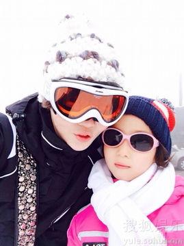 高晓松的妻子在微博上晒出了与女儿一同滑雪的照片.女儿一身酷帅装...