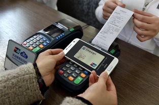 ...一名活动参与者在北京798艺术区的仪式现场体验Samsung Pay移动...