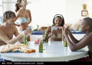 穿着内衣在桌子上打扑克的年轻人图片