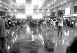 北京西站候车室变 水帘洞 车站及时转移乘客