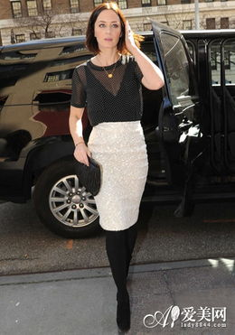 黑色透视上衣+白色包臀短裙-欧美街拍合辑 短裙搭出清凉夏日第7页 业...