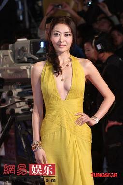 深V长裙本应是亚洲人的大忌,但好在她拥有白皙的肌肤,显得更为精...