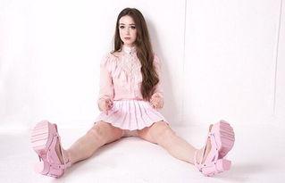 90后美女大学生蜂腰大长腿身材完美 酷似芭比