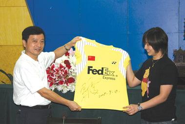 张亚雯把自己的签名球衣送给市体育局     摄 -张亚雯鼓励师弟师妹努力 ...