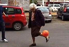 意大利神秘老太罗马街头秀球技 脚踝颠球视频网络爆红