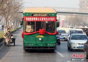 ...按照1924年北京第一条有轨电车仿造而成.据公交公司的一名负责...
