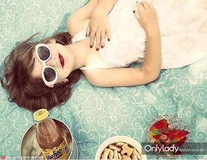 ...莉是肥美多汁的白嫩妞,涂上红色的甲油和唇膏,戴上墨镜微笑的样...