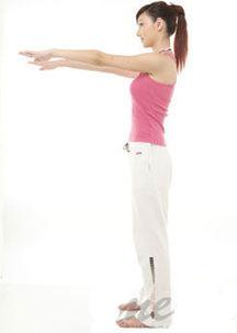 举在胸前,这个动作有助於拉伸身体两侧的肌肉线条,也有助於将下蹲...