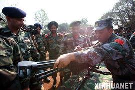 ...参训人员向印方军人介绍武器装备 新华社记者   -印军向我军展传统绝...