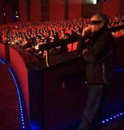 偷偷站一旁看自己新片的李安-也太可爱 李安默默进影院站着看自己新片