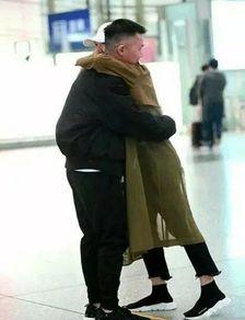白百何高调秀恩爱,与现任男友公开亲密抱抱