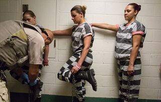 女囚们抬起脚,等待着狱警给自己戴上脚镣-揭秘美国女子重囚监狱 手...