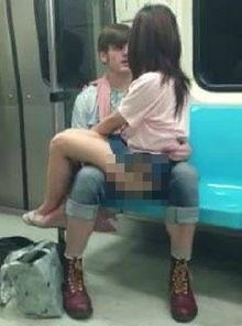 箱上,双腿夹住男人的胯部,随着... 男子也很配合的不停冲撞,最后俩...