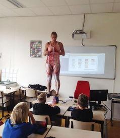 ...身衣,以自己的身体为模型讲授人体构造等知识.-荷兰女教师课上脱...
